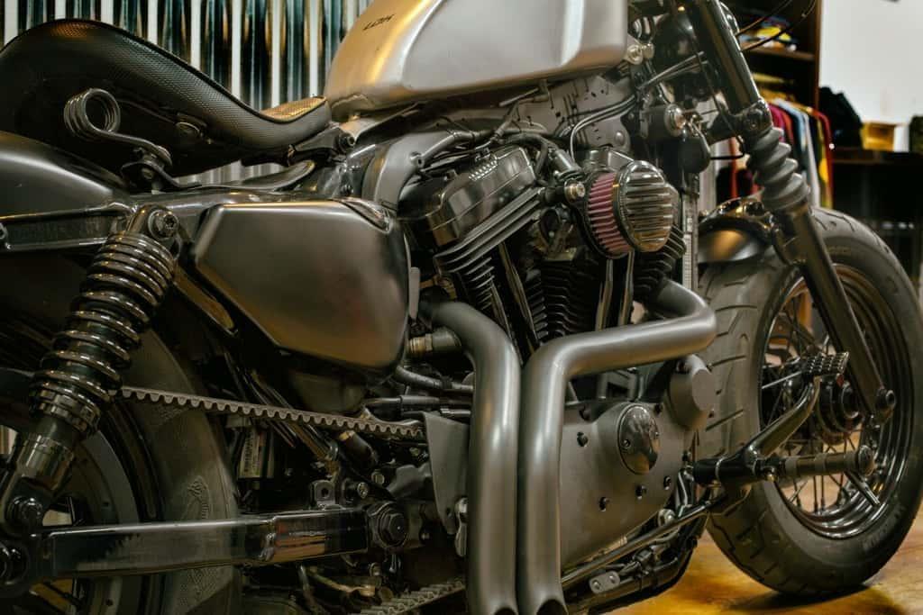 Sportster 48 Bobber, detalle de los tubos de escape, filtros de aire y otros detalles.