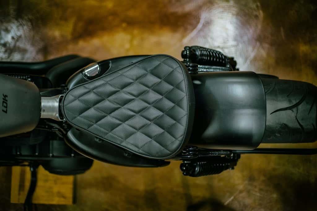 Sportster 48 Bobber, detalle del asiento con tapizado hecho a mano.