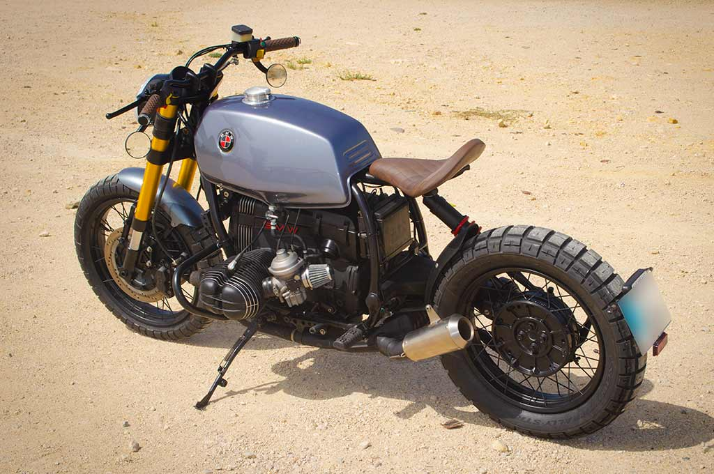 BMW R100R Scrambler in a back right-to-left perspective view