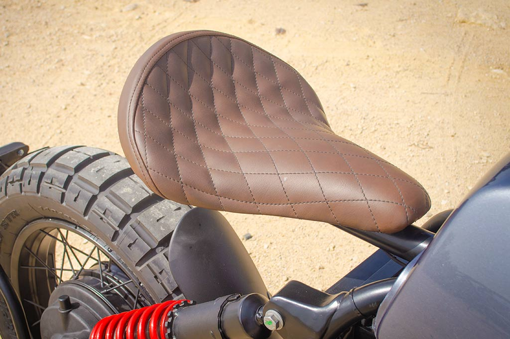 The handmade upholstered individual seat of the BMW R100R Scrambler by Lord Drake Kustoms