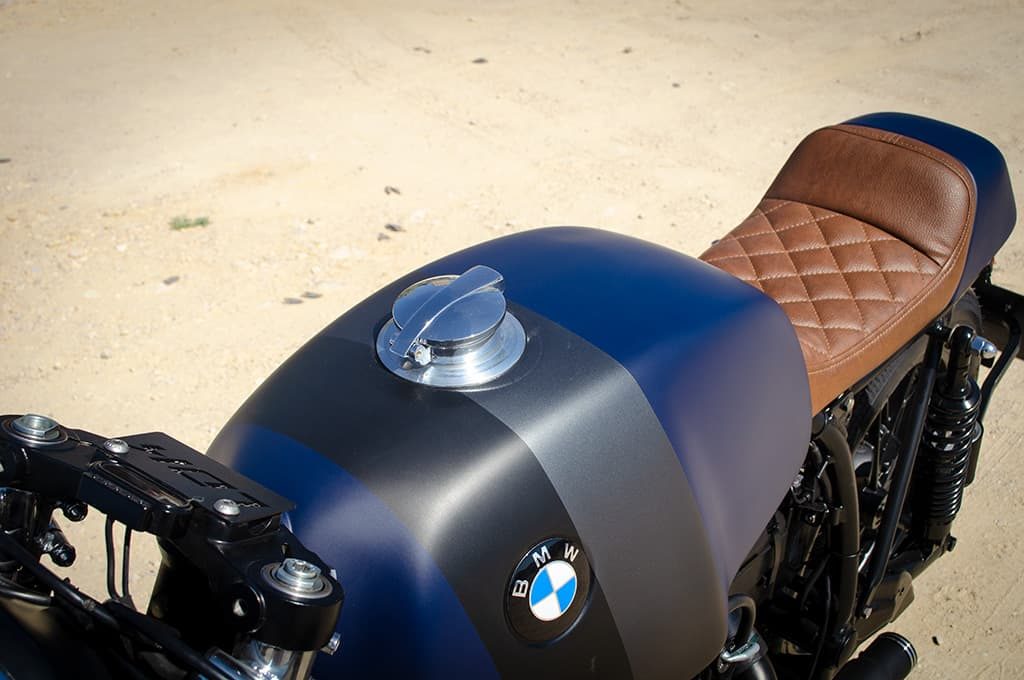 """BMW R65 Cafe Racer """"Blue"""" showing the tank and the single-seater seat handcrafted upholstered in brown leather."""