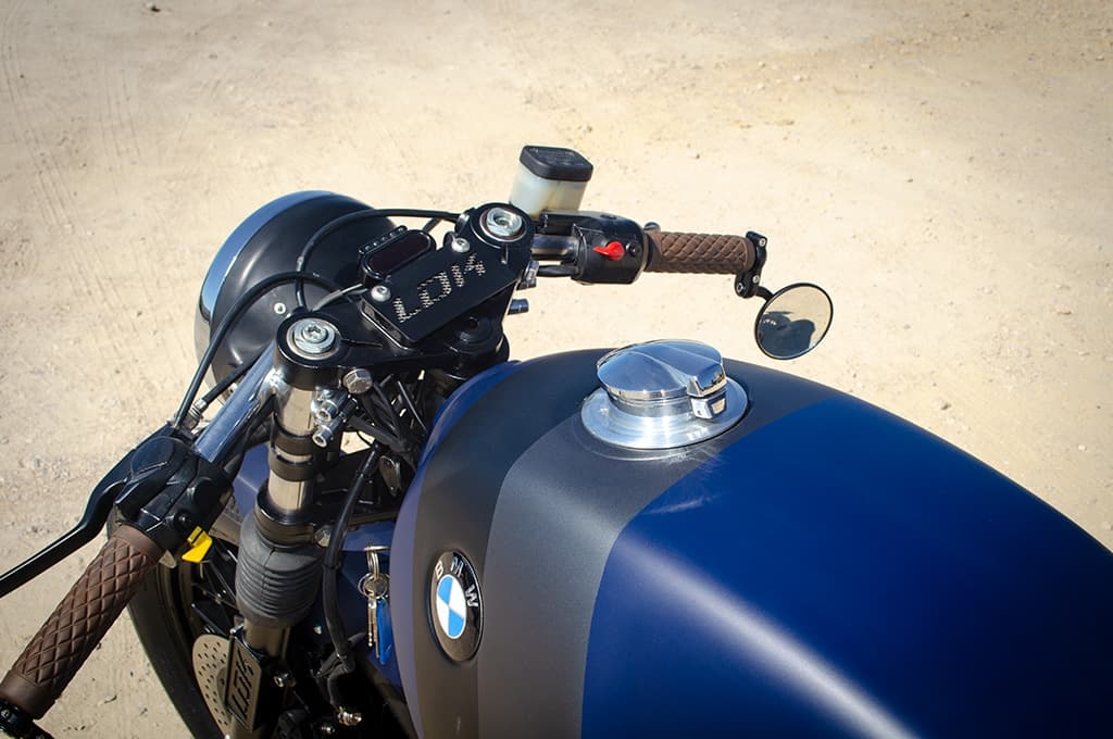 """BMW R65 Cafe Racer """"Blue"""" showing in detail the handlebars and the tank with the Monza fuel cap."""