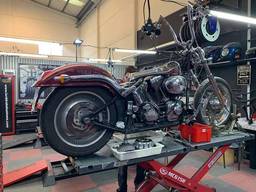 Harley en el taller Lord Drake Kustoms