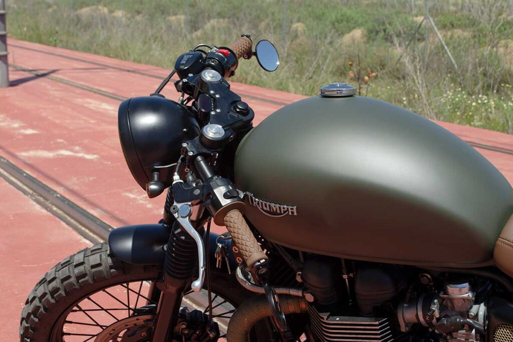 """Detail of the tank of the Triumph Bonneville T100 """"Army"""" customized by LDK"""