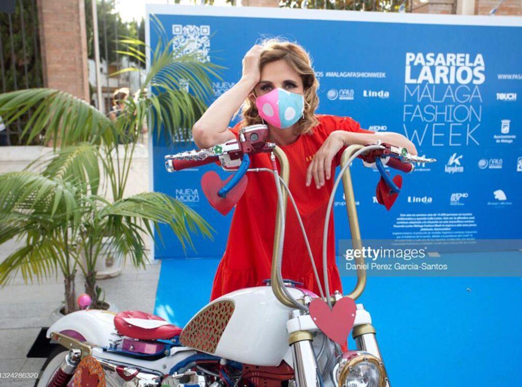 Ágatha Ruiz de la Prada poses next to the Harley Agathizada